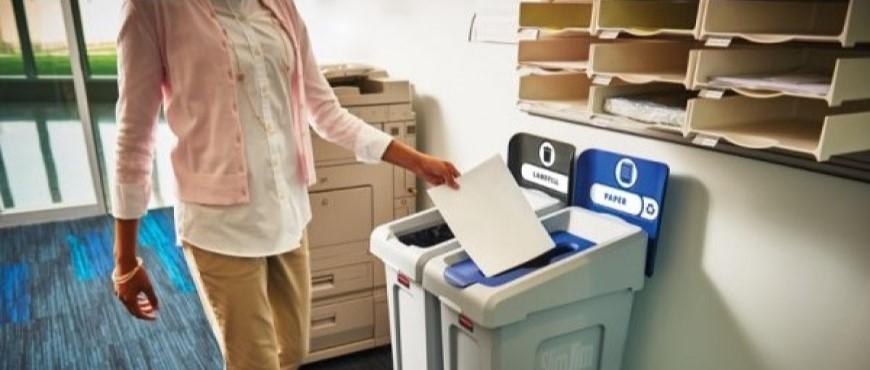 Pojemniki do segregacji odpadów w biurze